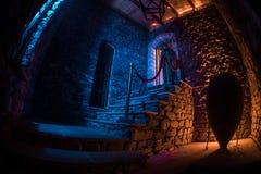 Intérieur de vieux manoir abandonné rampant Escalier et colonnade Silhouette de la position de fantôme d'horreur sur des escalier photos libres de droits