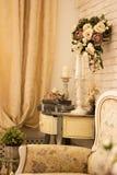 Intérieur de vintage avec une table avec un vase et flovers et bougies Photographie stock libre de droits