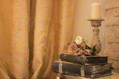 Intérieur de vintage avec une table avec un vase et flovers et bougies Images stock