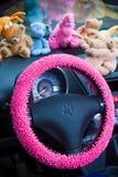 Intérieur de voiture, avec les détails roses Photo libre de droits