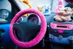 Intérieur de voiture, avec les détails roses Photos stock
