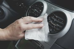 Intérieur de voiture de nettoyage avec le tissu Photo stock