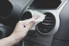 Intérieur de voiture de nettoyage avec le tissu Photos stock