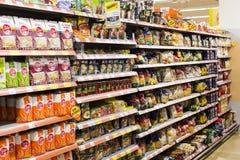 Intérieur intérieur des montants et des réfrigérateurs avec des produits de supermarché de Migros Image libre de droits