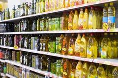 Intérieur intérieur des montants et des réfrigérateurs avec des produits de supermarché de Migros Photo stock