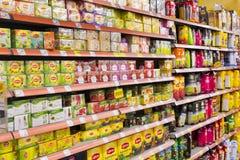 Intérieur intérieur des montants et des réfrigérateurs avec des produits de supermarché de Migros Image stock