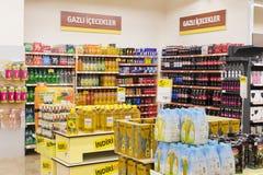 Intérieur intérieur des montants et des réfrigérateurs avec des produits de supermarché de Migros Photographie stock