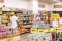 Intérieur intérieur des montants et des réfrigérateurs avec des produits de supermarché de Migros dans Manavgat, Turquie Photos stock