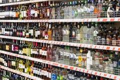 Intérieur intérieur des montants et des réfrigérateurs avec des produits de supermarché de Migros dans Manavgat, Turquie Image stock