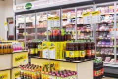 Intérieur intérieur des montants et des réfrigérateurs avec des produits de supermarché de Migros dans Manavgat, Turquie Photographie stock libre de droits