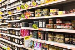 Intérieur intérieur des montants et des réfrigérateurs avec des produits de supermarché de Migros dans Manavgat, Turquie Photo stock