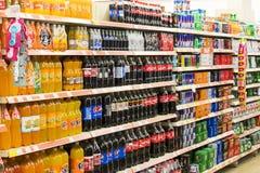 Intérieur intérieur des montants et des réfrigérateurs avec des produits de supermarché de Migros dans Marmaris, Turquie Photo stock