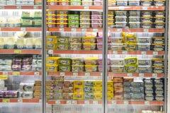 Intérieur intérieur des montants et des réfrigérateurs avec des produits de supermarché de Migros dans Marmaris, Turquie Images stock