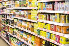 Intérieur intérieur des montants et des réfrigérateurs avec des produits de supermarché de Migros dans Marmaris, Turquie Photographie stock libre de droits