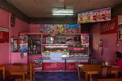Intérieur des plats indiens de Fijian de portion de restaurant de Fijian typique avec la saveur indienne lourde d'influence Photos stock
