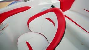 Intérieur du canot automobile moderne blanc et rouge, détails du tableau de bord de bateau, plan rapproché des contrôles de navir clips vidéos