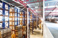 Intérieur du nouveau grand et moderne espace d'entrepôt Photos stock
