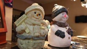 Intérieur du ` s de nouvelle année du restaurant, décoration du ` s de nouvelle année du restaurant, bonhomme de neige décoratif  clips vidéos