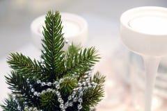 Intérieur du ` s de nouvelle année Un petit arbre de Noël artificiel avec des jouets et des bougies Portion en verre photos stock