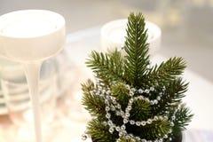 Intérieur du ` s de nouvelle année Un petit arbre de Noël artificiel avec des jouets et des bougies Portion en verre photo libre de droits