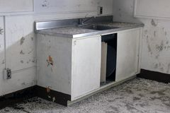Intérieur du vieux bâtiment abandonné avec la peinture de rouille et d'épluchage Image stock