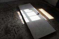 Intérieur du vieux bâtiment abandonné avec la peinture de rouille et d'épluchage Photos stock