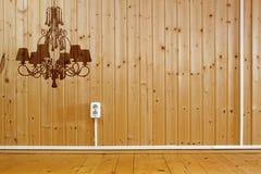 Intérieur en bois avec la silhouette du lustre images libres de droits