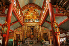 Intérieur en bois d'une église image stock