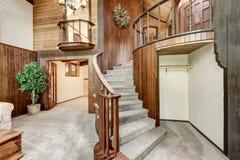 Intérieur en bois de maison avec l'escalier circulaire et la moquette photographie stock