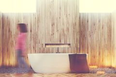 Intérieur en bois de salle de bains, femme Photographie stock