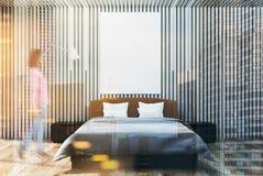 Intérieur en bois foncé de chambre à coucher, affiche modifiée la tonalité Image libre de droits