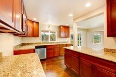 Intérieur en bois gentil de pièce de cuisine avec des plans de travail de granit Image stock