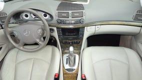 Intérieur en cuir crème cher de luxe d'un équipement automobile d'avant-garde de berline allemande Photographie stock libre de droits