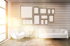 Intérieur ensoleillé de salon avec les murs rayés Photos libres de droits
