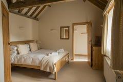 Intérieur entièrement meublé de chambre à coucher de cottage de vacances images libres de droits