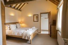 Intérieur entièrement meublé de chambre à coucher de cottage de vacances de Lumineux-Lit photos libres de droits