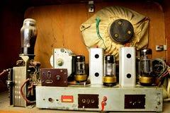 Intérieur et circuits de radio tchèque de tube de vintage d'ère de guerre froide, couverts de poussière photos stock