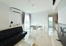 Intérieur et décoration vivants modernes de luxe blancs, DES intérieur Photographie stock libre de droits