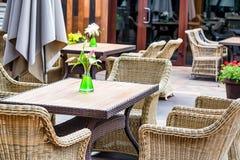 Intérieur extérieur de restaurant avec les chaises en osier Image stock