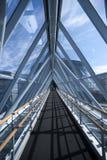 Intérieur, fer et murs de verre abstraits de bâtiment avec la vue de ciel Photos libres de droits
