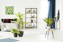 Intérieur floral de chambre à coucher avec la peinture Photo libre de droits
