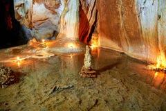 Intérieur foncé de caverne avec le lac souterrain Photo libre de droits