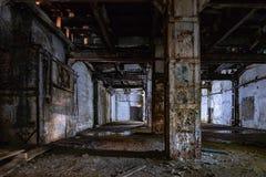 Intérieur foncé et rampant d'usine abandonnée image stock