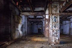 Intérieur foncé et rampant d'usine abandonnée photo libre de droits