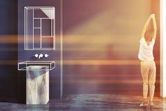 Intérieur futuriste de salle de bains, évier en verre, femme Photographie stock