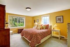 Intérieur gai de chambre à coucher dans la couleur jaune lumineuse images stock