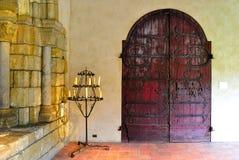 Intérieur gothique de château avec des candélabres photo stock