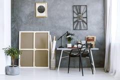 Intérieur gris d'espace de travail avec l'usine Photo stock
