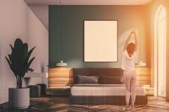 Intérieur gris de chambre à coucher, affiche de cadre, femme Photo libre de droits