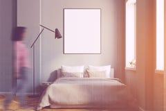 Intérieur gris de chambre à coucher avec une affiche modifiée la tonalité Images stock
